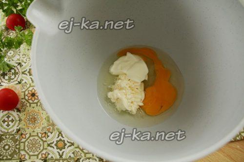 соединяем в чаше миксера яйцо, сметану и майонез