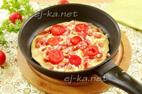 затем – слой сыра, а на него – колбасу и помидоры
