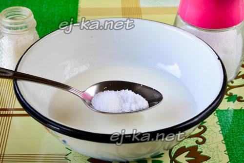 кефир с солью в миске