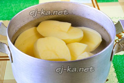 чищенная картошка в воде
