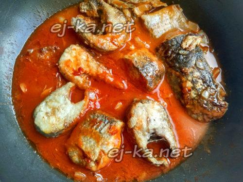добавление соуса в сковороду