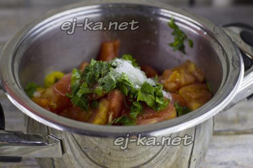 соединить ингредиенты, добавить специи и соль, проварить салат