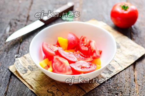 томаты нарезать и добавить к перцу