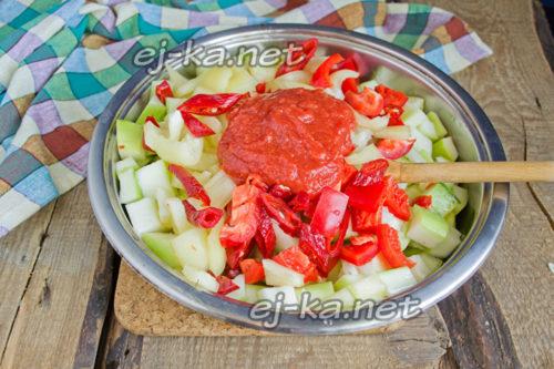 затем сладкий красный перец и томатное пюре