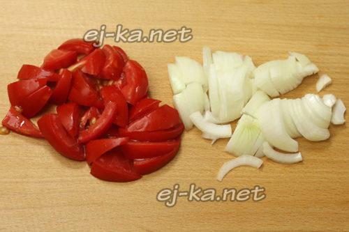 лук нарезать полукольцами, помидоры - дольками