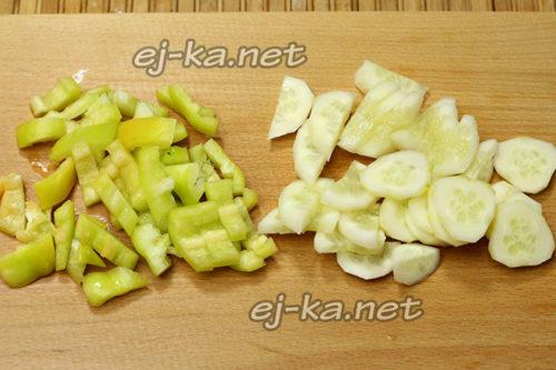 нарезать огурцы и сладкий перец