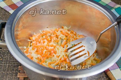 пассеруем лук и морковь