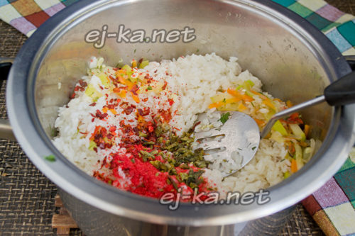 добавление риса и приправ
