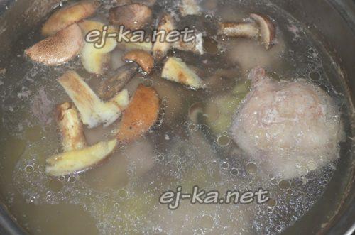 Грибы с картошкой в кастрюле