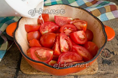 заливаем помидоры водой