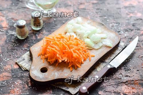тертая морковь и нарезанный лук