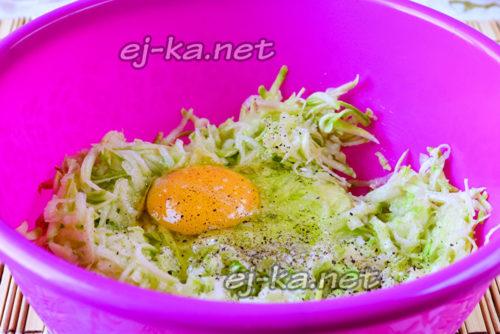 тертые кабачки и сырое яйцо