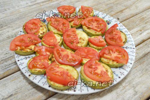 укладка помидор на кабачки