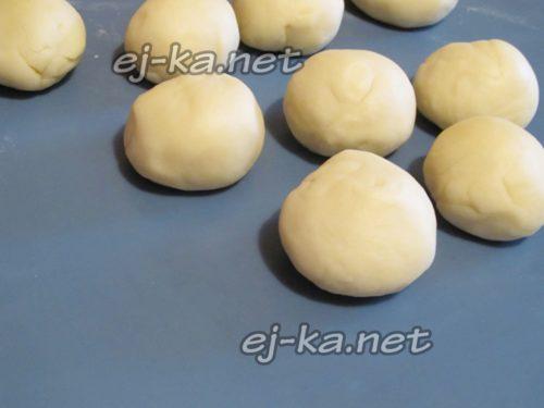 тесто разделите на 8-10 частей и скатайте шарики