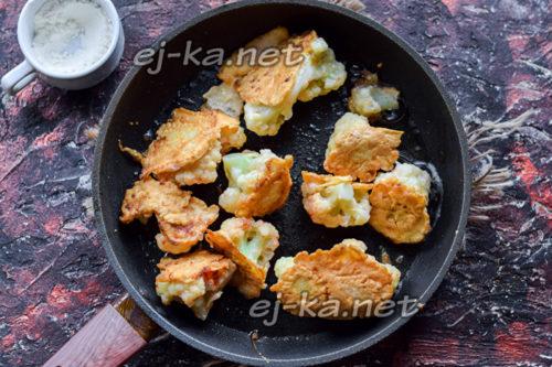 жарить цветную капусту на сковороде со всех сторон, пока она не станет румяной