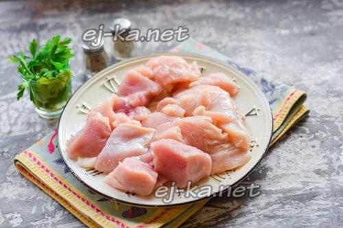 нарезать филе индейки и курицы средними кусочками