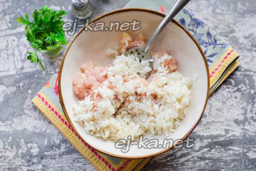 стакан почти готового риса переложить в миску с фаршем