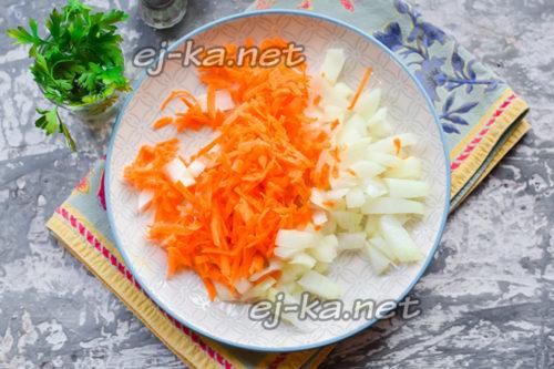 морковь натереть на средней терке, луковицу нарезать кубиками среднего размера