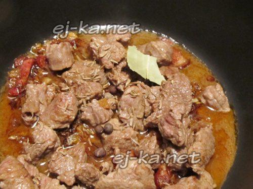 в казане смешать мясо и луковою обжарку, добавить воды и специи