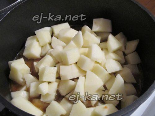 добавить кубики картофеля