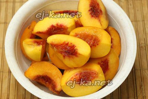 разрезать персики и удалить косточку