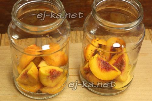 поместить персики в подготовленные банки