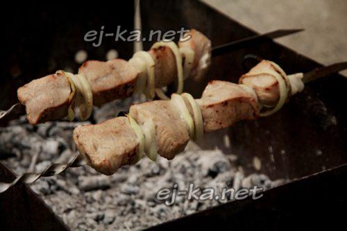 приготовление мяса на углях