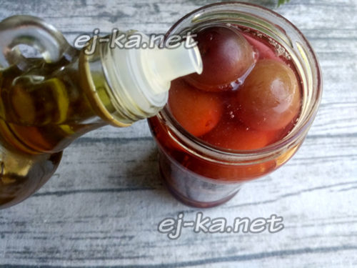 влить маринад, добавить уксус и масло