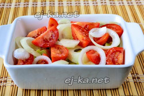 слой лука и помидор