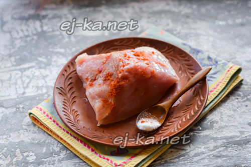 смазать хорошо мясо солью, перцем, паприкой