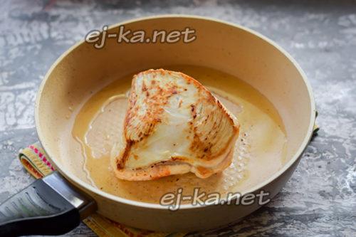 в сковороде прогреть растительное и сливочное масло, переложить кусок мяса и поджарить с обеих сторон