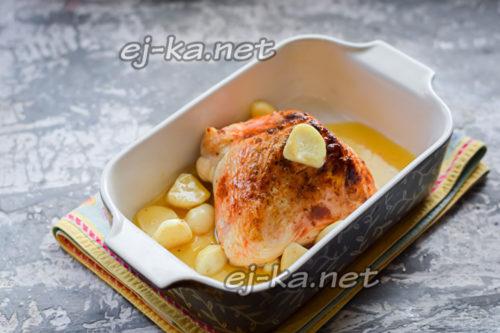 переложить мясо в форму, полить маслом со сковороды, туда же, в форму, бросить нарезанные зубчики чеснока и запечь