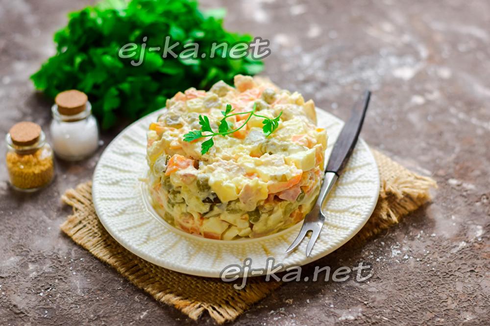 """салат """"Оливье"""" с курицей на праздничном столе"""
