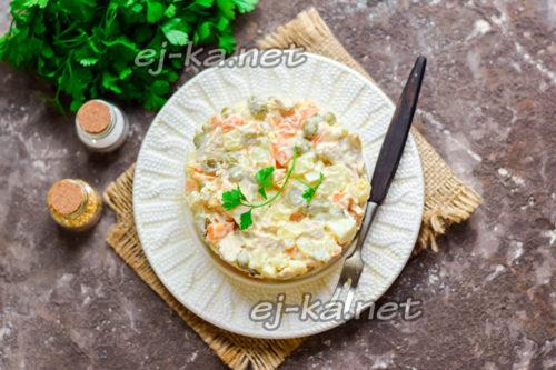 """аппетитный салат """"Оливье"""" на новогоднем столе"""