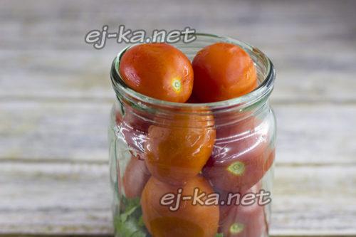 уложить плотно томаты в банку