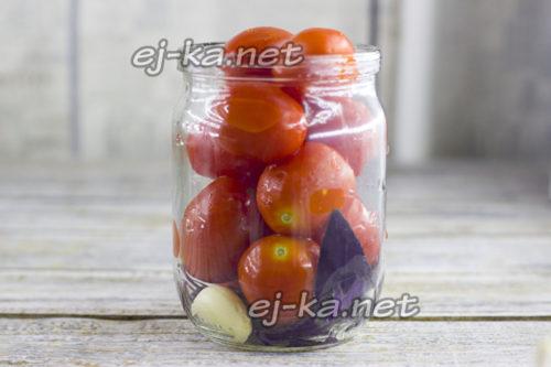 затем уложить томаты