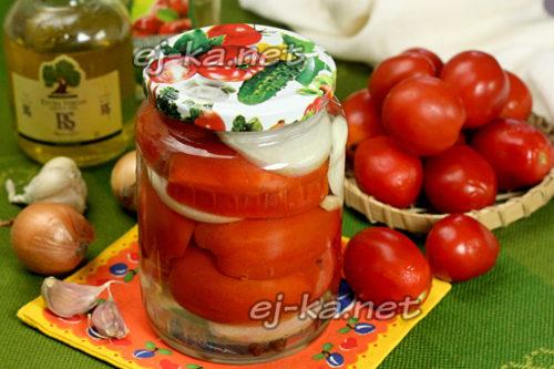 помидоры половинками с луком и маслом готовы