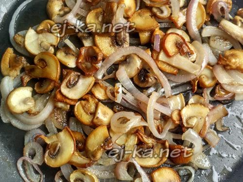 грибы обжарить, добавить соль и перец