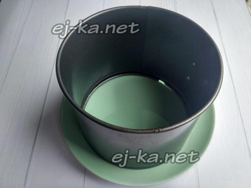 на тарелку для подачи установить кольцо