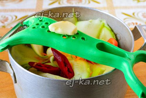 овощи в кастрюле, добавляем чеснок