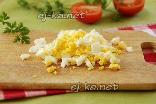 режем вареное яйцо