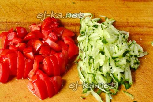 помидоры режим кубиками, огурцы трем тоже на крупной терке