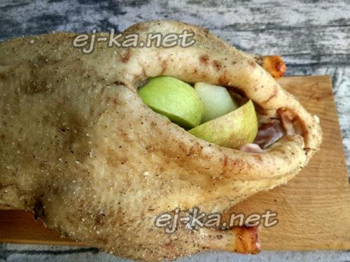 положить кусочки яблок в тушку