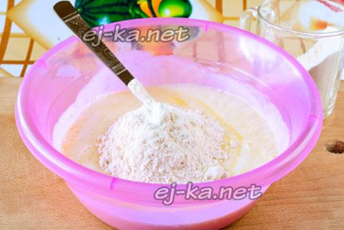просеиваем муку сразу в тесто, начинаем перемешивать тесто сперва ложкой
