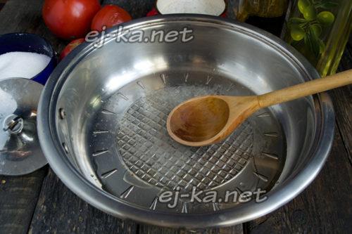 Налить масло и уксус