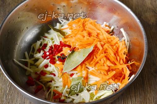 смешиваем капусту и морковь