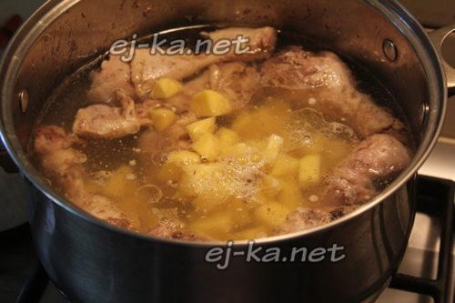 добавляем картофель к мясу