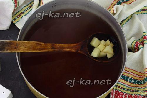опустить картофель в кастрюлю