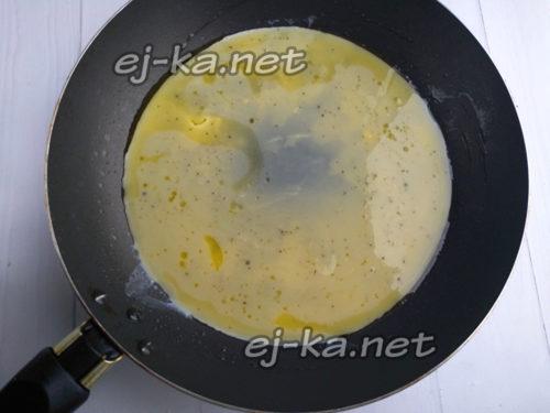 Вылить яичную смесь