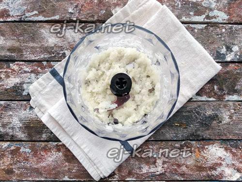 Перебить лук и чеснок в блендере